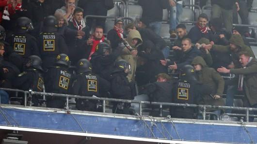 Fans von Fortuna Düsseldorf lieferten sich vor dem Auswärtsspiel bei Bayern München eine Schlägerei mit der Polizei.