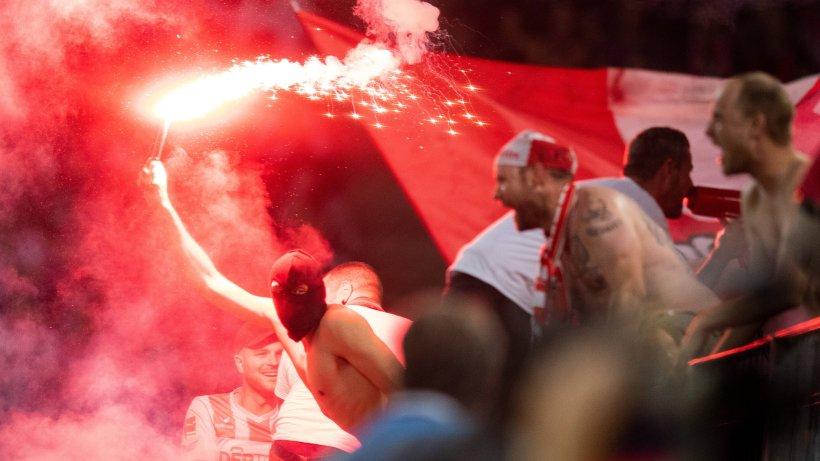 Dusseldorf Koln Im Live Ticker Stadion Brennt Polizei