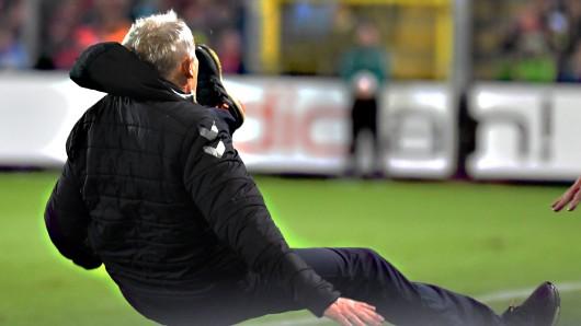 Skandal in der Bundesliga! Freiburgs Trainer wurde zu Boden gecheckt.