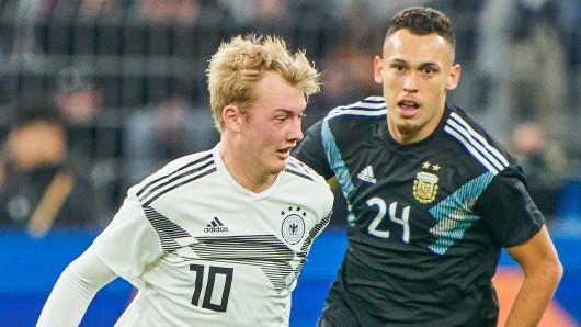 Lucas Ocampos, hier im Zweikampf mit Dortmunds Julian Brandt, wird mit dem FC Bayern München in Verbindung gebracht.