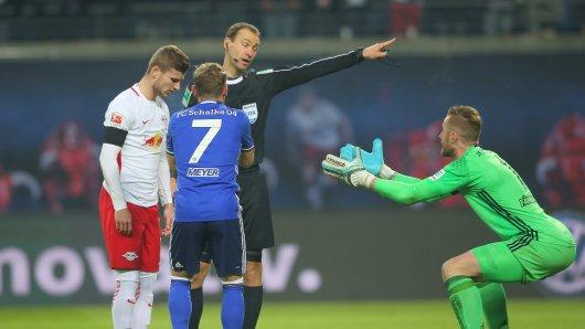 firo : 03.12.2016 Fu§ball, 1.Bundesliga, Saison 2016/2017 RB Leipzig - FC Schalke 04 Foul oder kein Foul zum Elfmeter, F€HRMANN an WERNER Schiedsrichter DANKERT $worldrights,Es gelten unsere AGB, einsehbar auf www.firosportphoto.de, copyright by firo sportphoto: Coesfelder Str. 207 D-48249 DŸlmen www.firosportphoto.de mail@firosportphoto.de (V o l k s b a n k B o c h u m - W i t t e n ) BLZ.: 430 601 29 Kt. Nr.: 341 117 100 Tel:Ê +49-2594-9916004 Fax:Ê+49-2594-9916005
