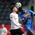Stürmer Peniel Mlapa vom VfL Bochum gewinnt ein Kopfballduell.