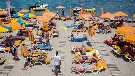 Gefragt ist diesen Sommer vor allem Griechenland - hier ein Bild von einem Strand auf der  griechischen Insel Kos - mit bisher hohen zweistelligen Buchungszuwächsen in den Reisebüros.
