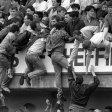 Das Foto vom 15. April 1989 zeigt die Entwicklung zur Katastrophe vor dem Spiel zwischen dem FC Liverpool und Nottingham Forest im Hillsborough-Stadion von Sheffield Wednesday.