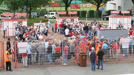 An den Kassen bildeten sich am Samstag sehr lange Schlangen. Viele RWO-Fans kamen erst ins Stadion, als bereits zwei Tore gefallen waren.
