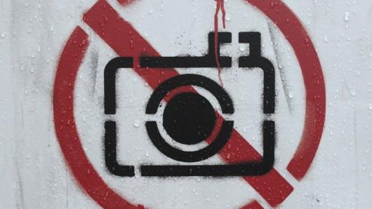 Wenn im Ausland das Fotografieren verboten wird, sollten Reisende das besser ernst nehmen. In vielen Ländern drohen sonst hohe Strafen.