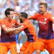 Spiel gedreht: Torschütze Robbie Kruse, Selim Gündüz und Lukas Hinterseer (v.l.) feiern das 2:1. Der erste Auswärtssieg des VfL Bochum ist wenig später perfekt.