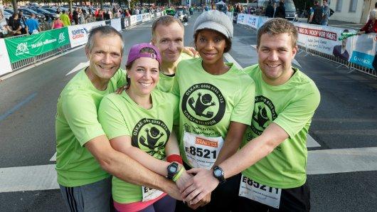 Schauspielerin Liz Baffoe (zweite von rechts) ging beim Münster Marathon gemeinsam mit vier WestLotto-Mitarbeitern an den Start.