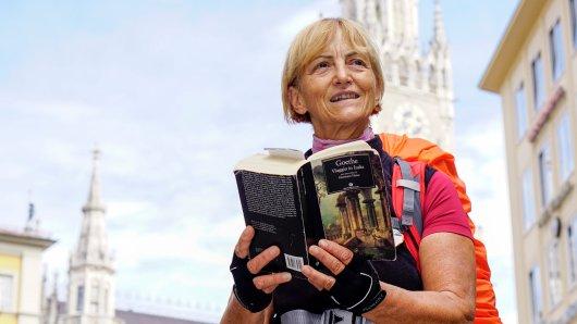 Die Italienerin Vienna Cammarota steht mit einer Ausgabe von Goethes Italienischer Reise vor dem Rathaus in München (Bayern). Die 68-Jährige wandert seit Ende August zu Fuß die Stationen ab, die der deutsche Dichter zwischen September 1786 und Mai 1788 besuchte.