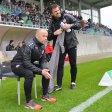 RWE-Sportdirekor Jürgen Lucas (l.) und Co-Trainer Carsten Wolters auf der Trainerbank in Rödinghausen.