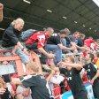 1. Meisterschaftsspiel Saison 2007/2008 in der Regionalliga Nord am 28.07.07 in Essen, RWE - RWO, RWO siegt mit 4:1  jubelnde RWO Spieler und RWO Fans nach dem ersten Sieg  Foto: Kerstin Bögeholz Jede Veröffentlichung ist honorarpflichtig