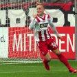 Da ist es passiert: Marcel Platzek ( l., verdeckt) trifft zum 2:0 für die Rot-Weissen.
