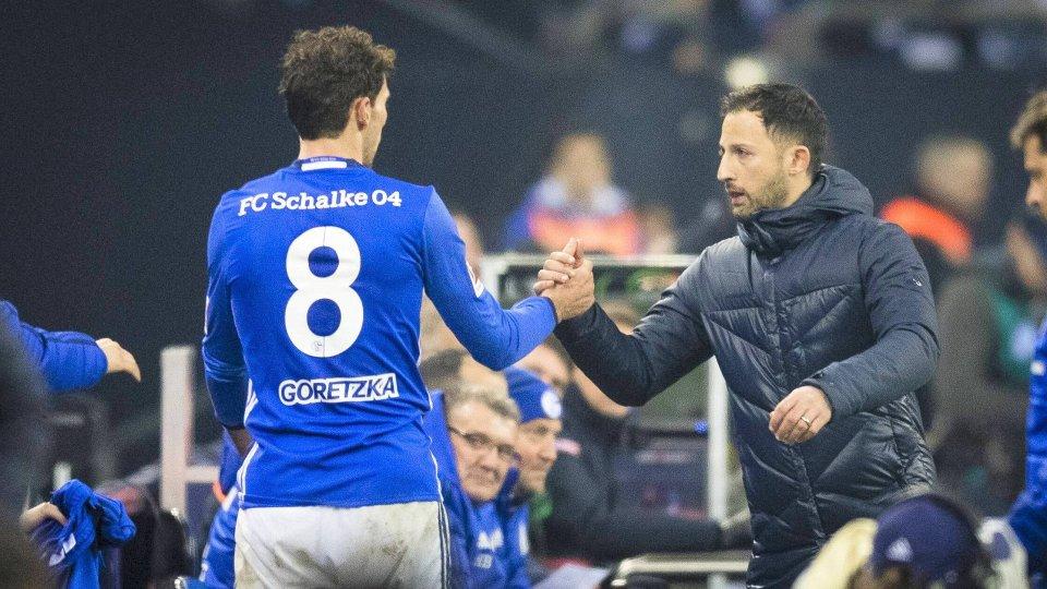 Für den sportlichen Erfolg auf Schalke noch einmal zusammenhalten: Leon Goretzka und Trainer Domenico Tedesco.