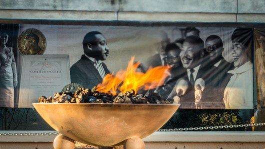 Die ewige Flamme nahe des Grabes von Martin Luther King soll symbolisieren, dass der Geist der Arbeit des Friedensnobelpreisträgers bis heute weiterwirkt.