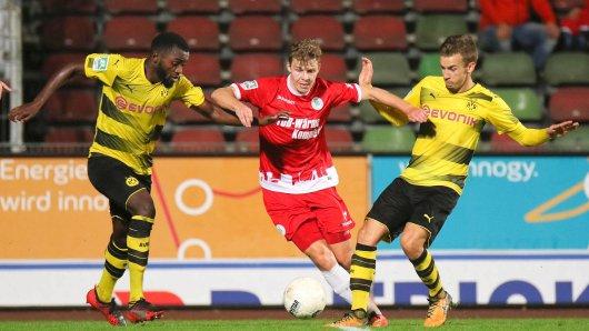 Patrick Schikowski, hier in die Zange genommen von Paterson Chato Nguendong (l.) und David Sauerland, und die Kleeblätter sind am Samstag zum Rückspiel bei der U23 von Borussia Dortmund zu Gast. Das Hinspiel hatte RWO mit 1:0 gewonnen.