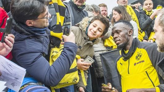 Der Sprintstar und die Fans: Usain Bolt beim BVB. Foto: Kai Kitschenberg/FunkeFotoServices