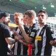 Gesprächsbedarf: Gladbachs Kapitän Lars Stindl (r.), Matthias Ginter (2.v.r.) und Christoph Kramer diskutieren nach dem 2:1 über Hertha BSC mit einem Fan.