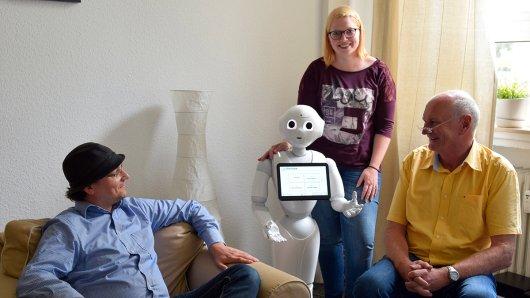 Er kann Pantomime spielen, High Five geben, tanzen und Witze reißen. Dabei ist Pepper ein Roboter. 1,20 Meter ist er groß und bewegt sich auf Rollen.
