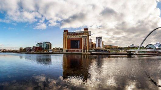 Newcastle: Die Metropole im Nordosten Englands am Fluss Tyne wartet mit vielen Sehenswürdigkeiten auf – wie dem Baltic Center und der Gateshead Millennium Bridge.