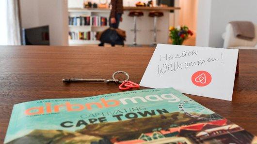 ARCHIV - ILLUSTRATION - 16.04.2018, Berlin: Ein Schlüssel mit einem Airbnb-Anhäger, ein Airbnbmag-Magazin und eine Herzlich-Willkommen-Karte liegen in der Wohnung eines Airbnb-Gastgebers (Gestellte Aufnahme). In Niedersachsen und Bremen wollen die Landesregierungen gegen die Zweckentfremdung von Wohnraum vorgehen - die Sorge geht um, dass sich der Wohnungsmangel durch die tageweise Vermietung an Touristen über Plattformen wie Airbnb verschärft. (zu dpa Stadt München fordert Werbe-Verbot für illegale Ferienwohnungen vom 04.05.2018) Foto: Jens Kalaene/dpa-Zentralbild/dpa +++ dpa-Bildfunk +++