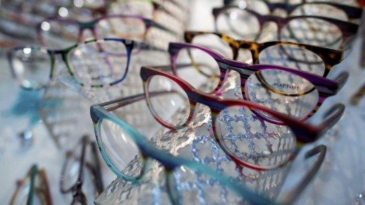 Zahlreiche handbemalte Brillengestelle sind auf der Optik- und Brillenmesse Opti zu sehen. Die deutsche Augenoptik-Industrie gibt sich nach einem schwachen Jahr wieder optimistischer.