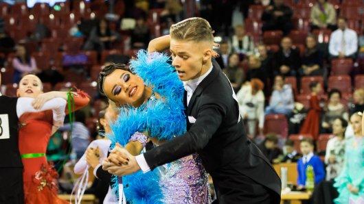 Eleganz und Anmut strahlen Elisabeth Tuigunov und David Jenner auf der Tanzfläche aus. Mit jedem Schritt und jeder Drehung kommen die Toptalente aus Ibbenbüren ihrem Traum ein Stück näher, eines Tages Weltmeister zu werden.