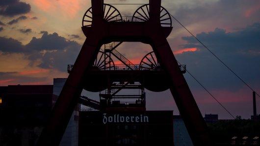 Die Sonne geht am 15.09.2016 hinter dem Unesco Welterbe, der Zeche Zollverein, in Essen unter.