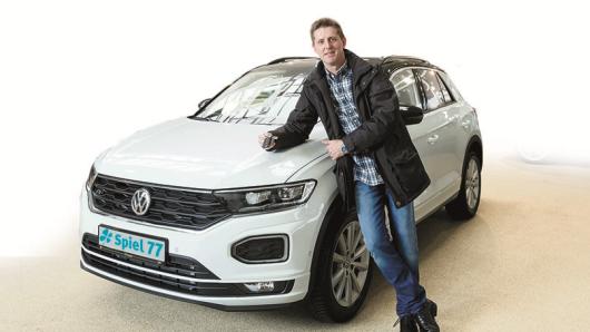 Geduld zahl sich aus! Seit 20 Jahren setzt Nehad aus Alsdorf seine Kreuzchen für LOTTO 6aus49. Jetzt freut er sich über einen fabrikneuen, strahlend weißer VW T-Roc Sport 4Motion 2.0, den er in der regionalen Sonderauslosung von Spiel 77 Ende vergangenen Jahres gewinnen konnte. Vor wenigen Tagen wurde das Auto an den glücklichen Gewinner übergeben.
