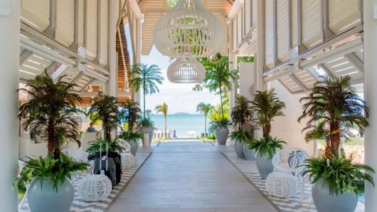 Der Eingangsbereich im LUX* Grand Gaube strahlt luftige Eleganz aus. Das Resort wurde im vergangenen Jahr nach einer Komplettrenovierung wiedereröffnet.