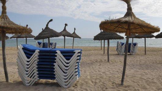 Ein Blick auf den leeren Strand von El Arenal auf Mallorca. Nach einer langen Serie von Rekordjahren bleiben die Touristen plötzlich weg. Die Sorge ist so groß, dass man sogar auf die Wettervorhersage für Deutschland guckt.