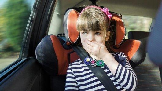 Fahle Gesichtsfarbe und Schweißausbrüche des oftmals hinten sitzenden Fahrzeuginsassen sind allerletzte Warnungen vor dem drohenden Ungemach, begleitet von der verbalen Statusmeldung: Mir ist kotzübel!. Kinder und Jugendliche sind häufiger von Reisekrankheit betroffen als Erwachsene.