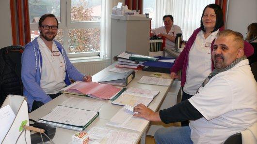 """Ein Blick hinter die Kulissen eines Seniorenzentrums. Im AWO-Seniorenzentrum """"Auf dem Kolven"""" bleibt Zeit für liebe Worte zwischendurch. – 100 Jahre AWO."""