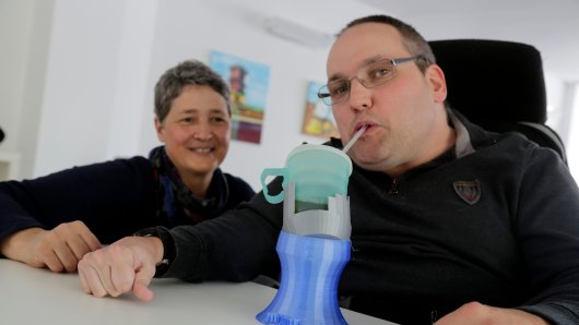 """Eine Idee mit Zukunftscharakter! Einen Trinkbecherhalter, der Menschen mit komplexen Behinderungen den Alltag erleichtert. Das Besondere daran: Dieses kleine, aber höchst wirksame Hilfsmittel ist buchstäblich """"selfmade"""" – entwickelt, konstruiert und am Ende per 3-D-Drucker produziert von Menschen mit Behinderungen."""