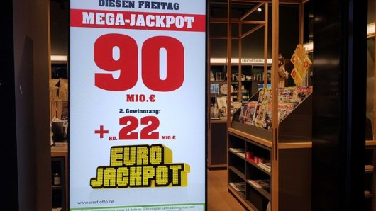 Der 90-Millonen-Euro-Jackpot bei der Lotterie Eurojackpot wurde am Freitagabend, 22. November, geknackt. Gleich drei Spielteilnehmer aus Bayern, Hessen und Ungarn konnten die oberste Gewinnklasse treffen und gewinnen jeweils 30 Millionen Euro.
