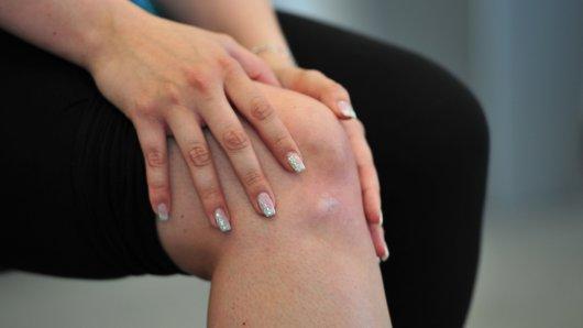 Schmerzen im Knie können ganz unterschiedliche Ursachen haben.