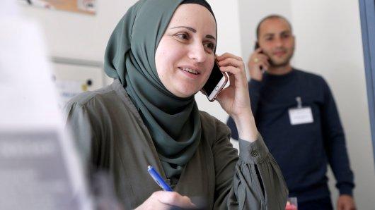 Miora Boboc und Danail Veselinov (Hintergrund) beraten an der Corona-Hotline. Sie soll schnelle und unbürokratische Hilfe bieten und das in über 20 Sprachen.