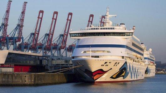 Die beiden Aida-Schiffe «Aidaaura» und «Aidacara» (r) liegen am Kreuzfahrt-Terminal Steinwerder. Die Kreuzfahrtreederei Aida Cruises hat ihre Fahrten bis Ende August abgesagt. Viele Kreuzfahrt-Unternehmen haben die Reisen der kommenden Wochen abgesagt.
