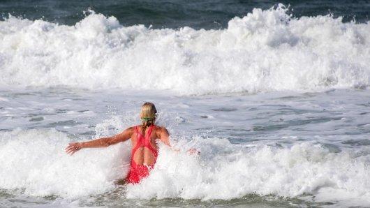 In die Wellen zu springen, macht Spaß - im Meer lauern aber auch gefährliche Strömungen.