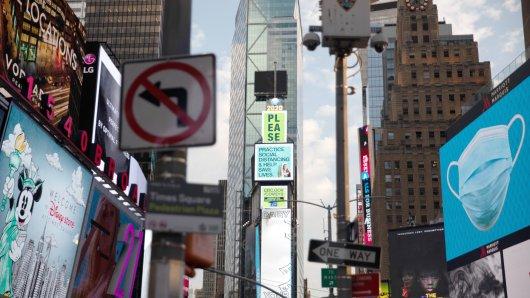 Auf den elektronischen Plakatwänden am Times Square wird auf die Hygiene- und Abstandsregeln in Zeiten der Corona-Pandemie hingewiesen. New York war das US-Epizentrum der Corona-Pandemie. Inzwischen steht die Metropole besser da, so dass am am 6. Juli die nächste Lockerungs-Phase starten kann. Aber bis die mehr als 60 Millionen Touristen pro Jahr an ihren Sehnsuchtsort zurückkehren können, wird es wohl noch dauern.