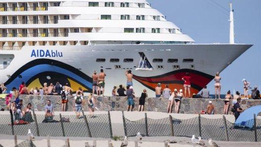 Die AIDAblu der Reederei Aida Cruises am Ostseebad Warnemünde. Die Kreuzfahrtreederei Aida Cruises hat den Beginn der Saison 2020/2021 wegen der Corona-Pandemie erneut verschoben. Foto: