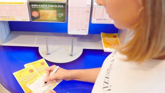 Der Weg in die Lotto-Annahmestelle oder im Internet zu www.westlotto.de kann sich bis zum Wochenende lohnen: Mit rund 42 Millionen Euro wartet am Samstag (10. Oktober) der zweitgrößte Jackpot bei LOTTO 6aus49, den es bisher gab.
