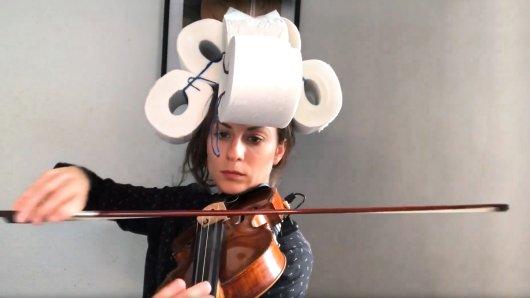 Die Kölner Musikerin und Schauspielerin Charlotte Brand setzt sich in ihrem Clip für die Aktion 500x500 für die NRW-Kultur humorvoll mit der Performance zu Corona-Zeiten auseinander.