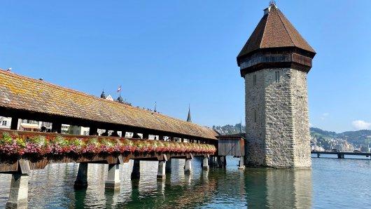 Die Kapellbrücke mit Wasserturm ist ein bekanntes Wahrzeichen von Luzern.