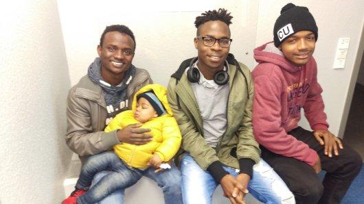 Diese drei Männer kümmerten sich während der Fahrt um den zehn Monate alten Säugling, der allein zwischen Wattenscheid und Bochum unterwegs war.