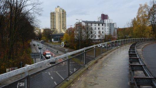 Auf der Überführung der Max-Imdahl-Straße überraschte der Täter die junge Frau. Im Hintergrund ist das Uni-Center zu sehen.