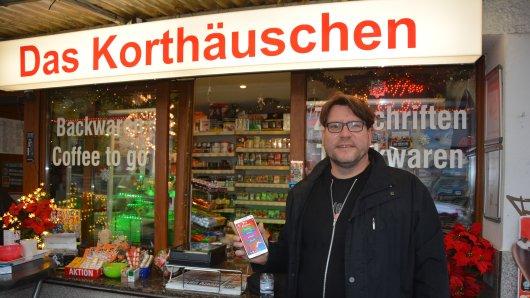 Michael Scheffler mit seiner neuen App an einem besonderen Ort. Am Korthäuschen ist die Idee für die Applikation entstanden.