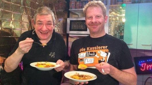 Wolfgang Wendland kochte mit Schauspieler Patrick Joswig in seinem Internet-Imbiss in Wattenscheid.