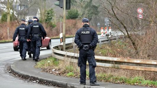 """Die Polizei fahndet """"mit Hochdruck"""" nach Marcel Heße Dabei sind auch Beamte der Bereitschaftspolizei im Einsatz. Hinweise nimmt die Polizei Bochum unter der Rufnummer (0234) 909-4441 entgegen."""