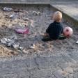 Binja Heimanns Sohn beim Spielen in einem völlig vermüllten Sandkasten im Hof der Wohnhäuser an der Emscherstraße.