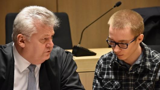 Die Angehörigen fordern jeweils Schmerzensgeld in Höhe von 100.000 Euro von Marcel Heße. Hier Rechtsanwalt Michael Emde mit seinem Mandanten.